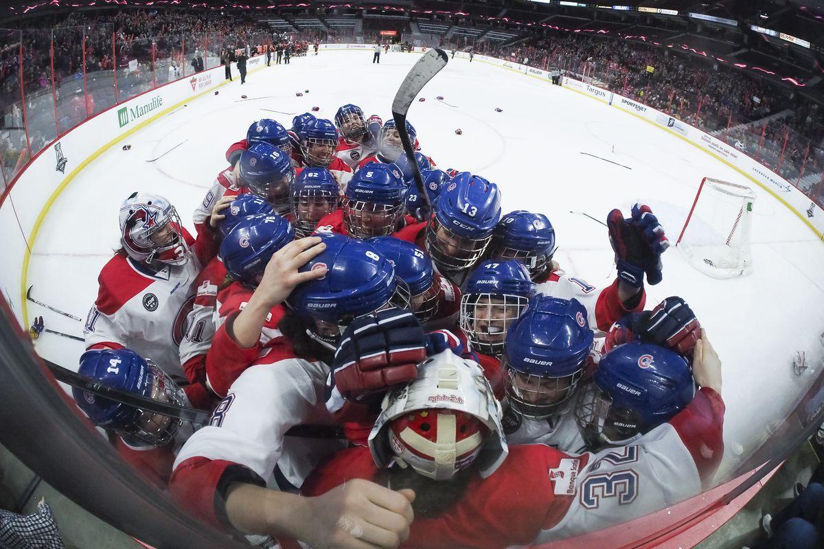 The 2016-17 Canadiennes de Montréal celebrate their Clarkson Cup win