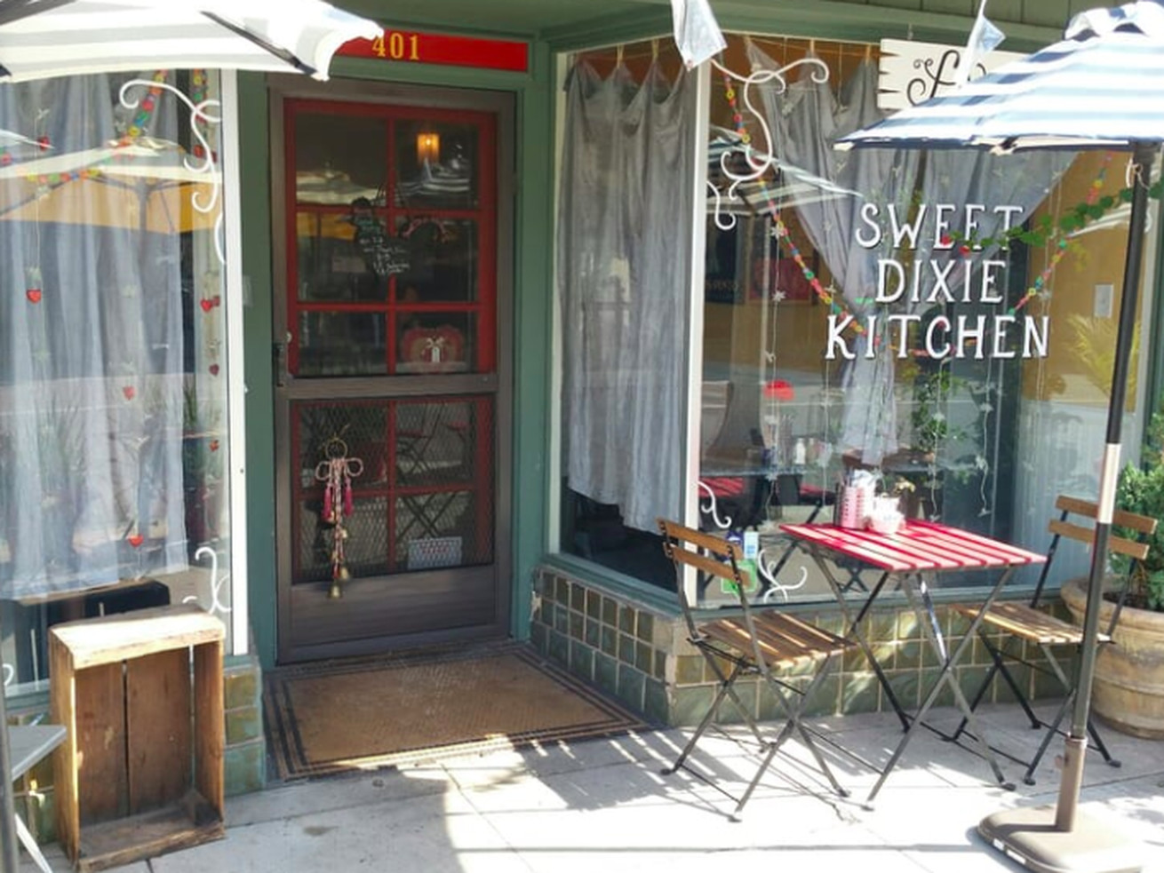 Sweet Dixie Kitchen's restaurant exterior, with tables, in Long Beach.