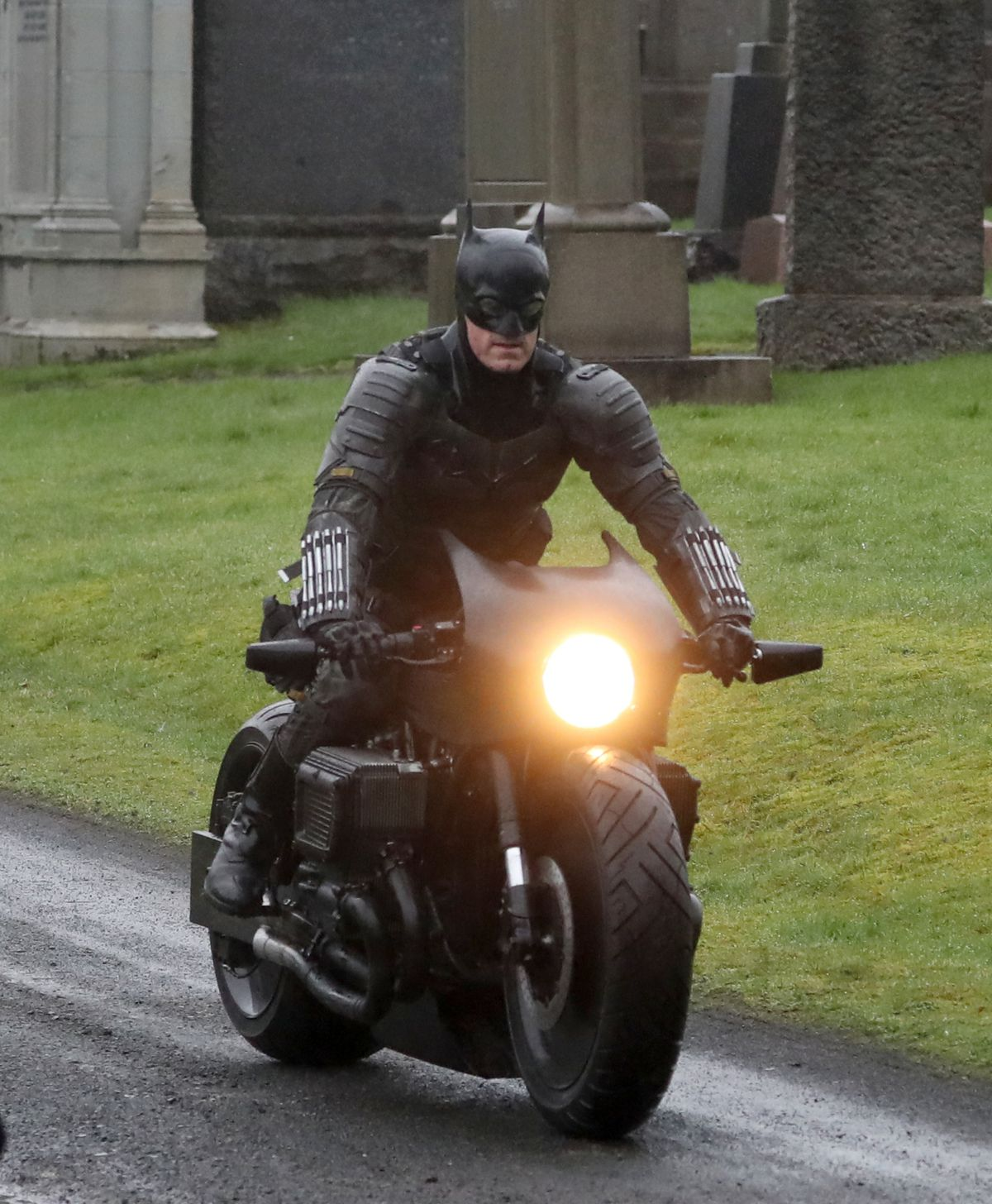 The Batman Set Photos Reveal Pattinson's Full Costume And