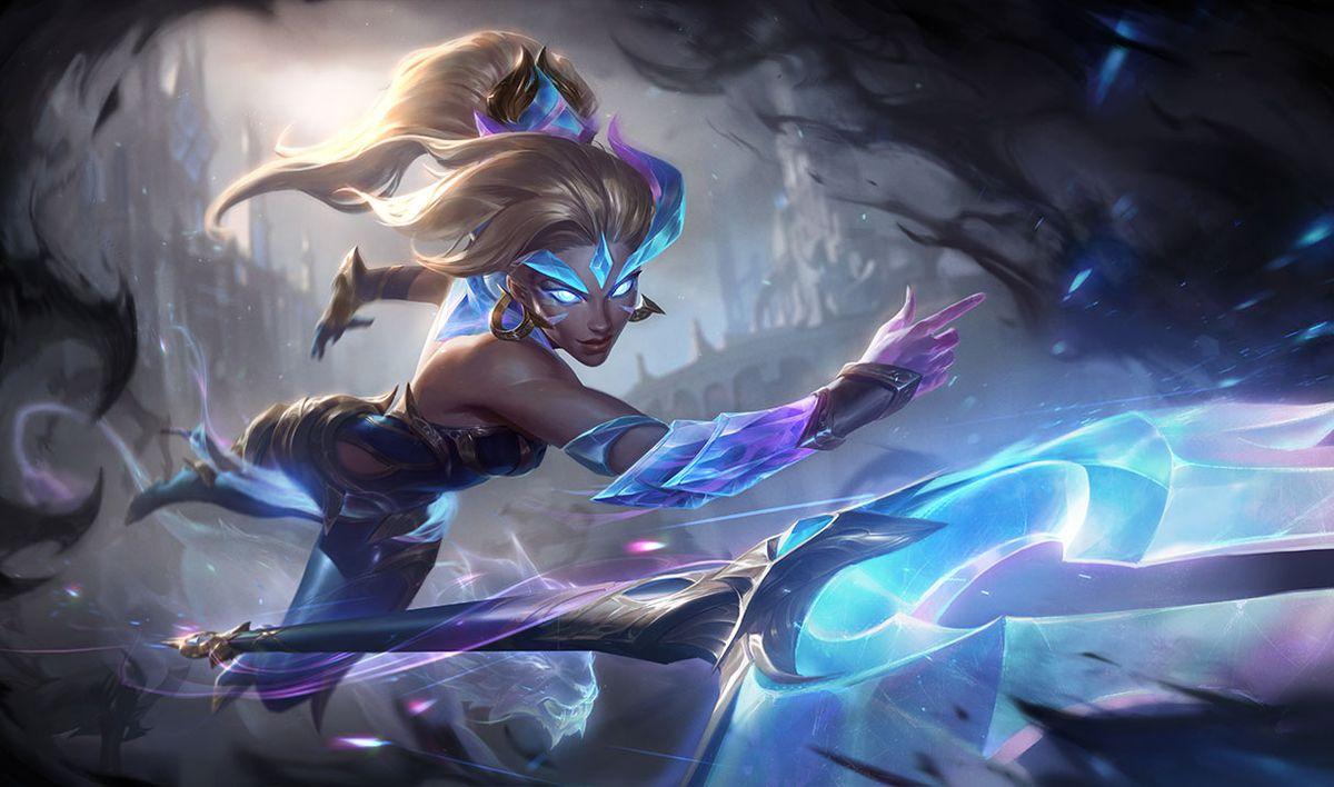 Dawnbringer Nidalee throws a spear as she lunges forward
