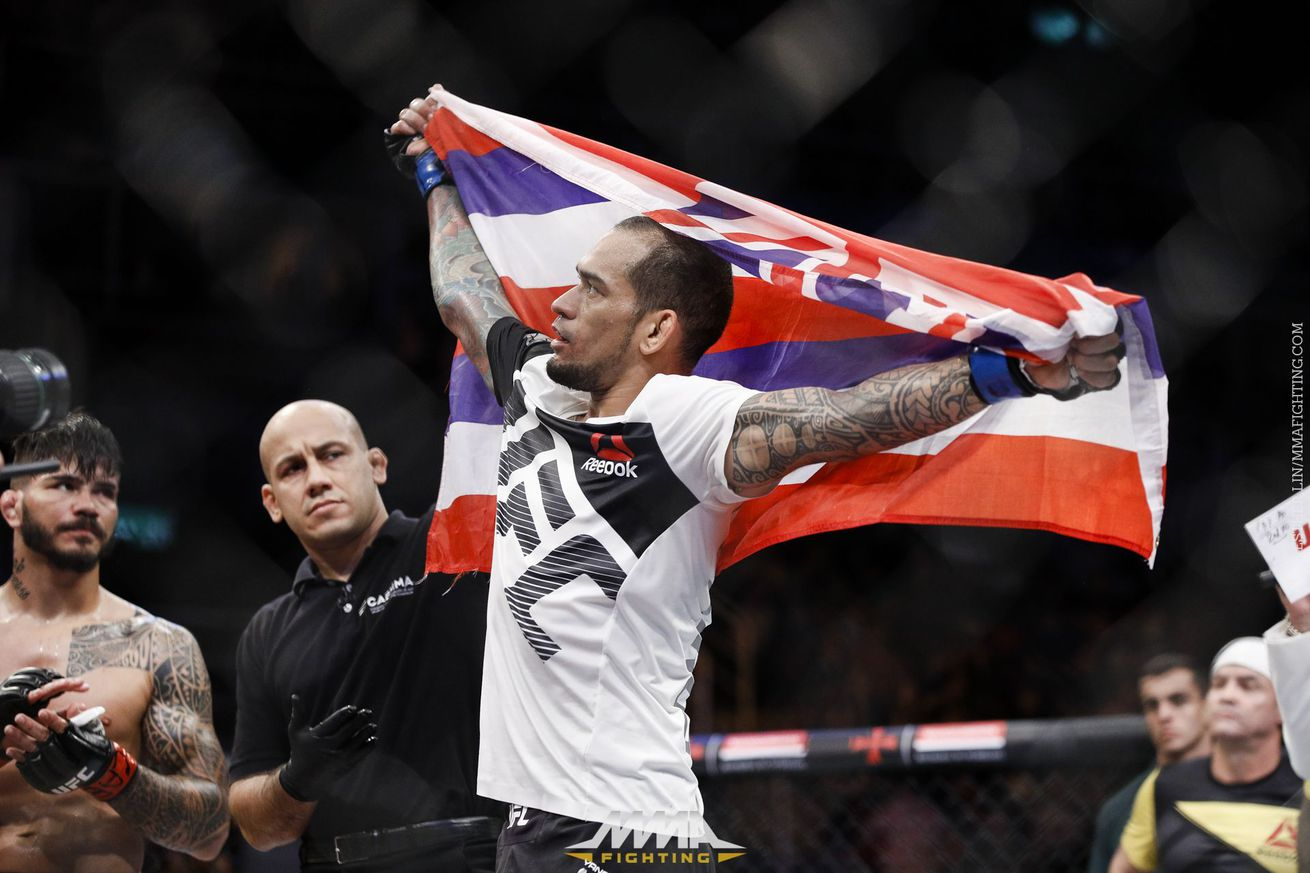 UFC 212 results: Yancy Medeiros beats Erick Silva on questionable stoppage