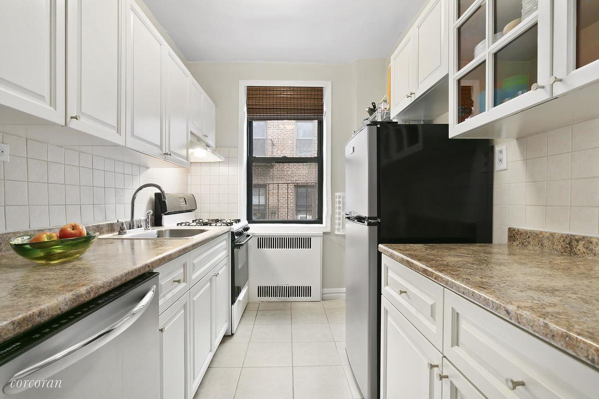 An elegant, spacious co-op just south of Prospect Park seeks $720K ...