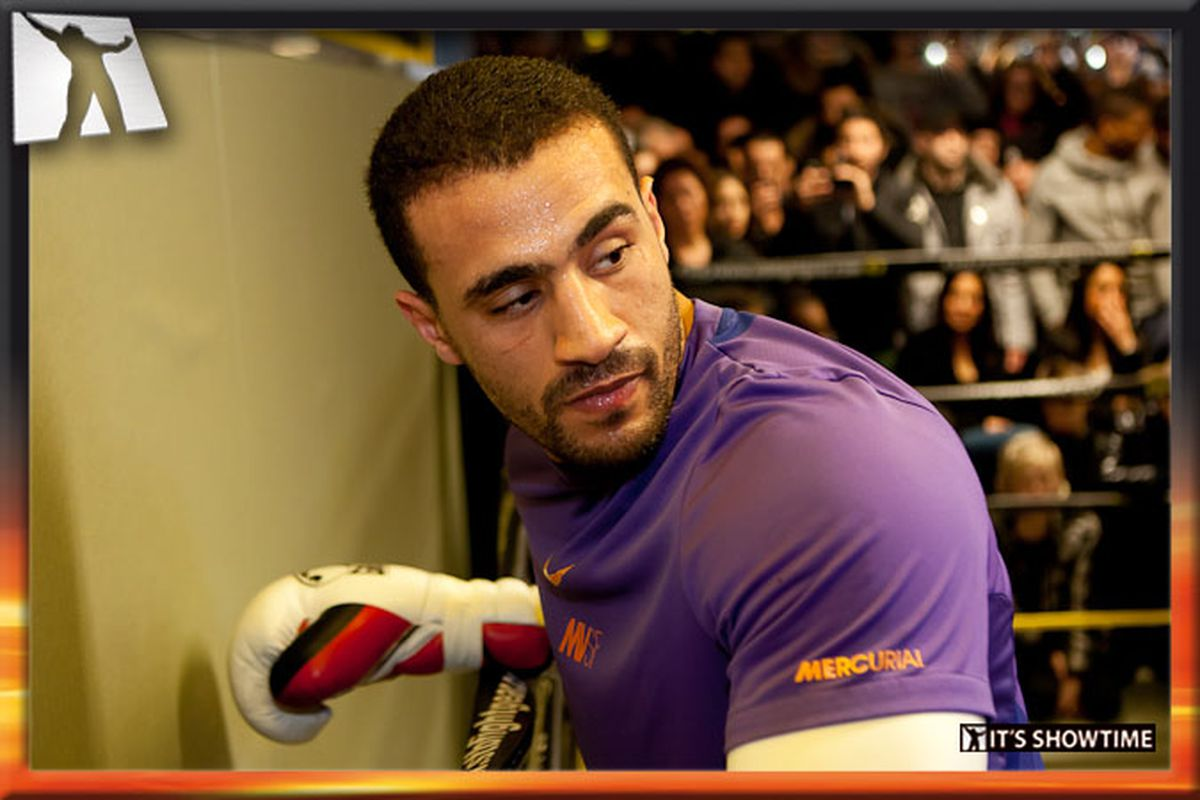 """Badr Hari prepares for Gokhan Saki at a public workout. Picture via <a href=""""http://www.itsshowtime.nl/index.php?p=media&id=11"""">It's Showtime</a>."""