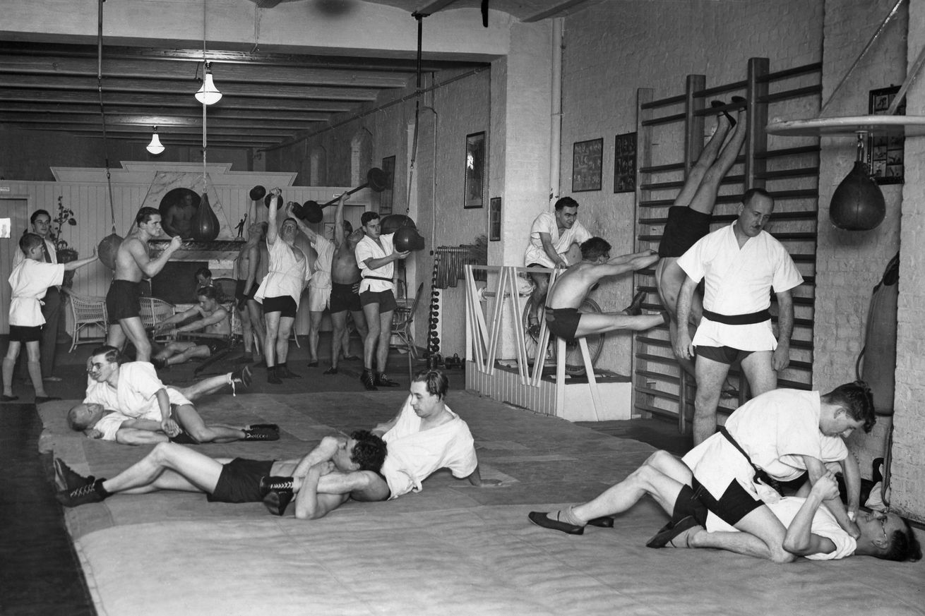 Men exercising the martial art Jiu Jitsu and doing gymnastics at a sports hall - ca. 1930- Photographer: Alfred Gross- Published by: 'Berliner Morgenpost' 27.11.1930Vintage property of ullstein bild