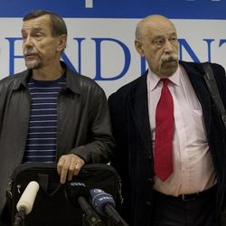 """Russian human rights activists Lev Ponomarev, left, and Valery Borshchyov attend a news conference in Moscow, Thursday, Sept. 27, 2012. Russian non-government organizations say they will ignore a new Kremlin law obliging those of them that receive funding from abroad to register as """"foreign agents."""""""