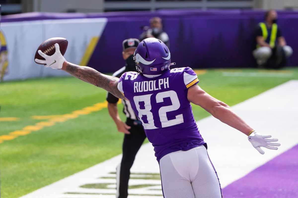 Minnesota Vikings tight end Kyle Rudolph (82) catches a pass for a touchdown in the fourth quarter against the Tennessee Titans at U.S. Bank Stadium.