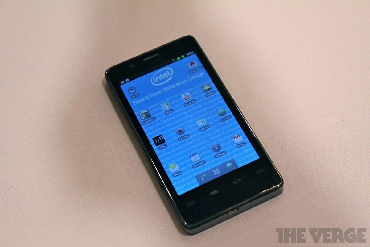Gallery Photo: Intel Medfield / Atom Z2460 phone hands-on photos