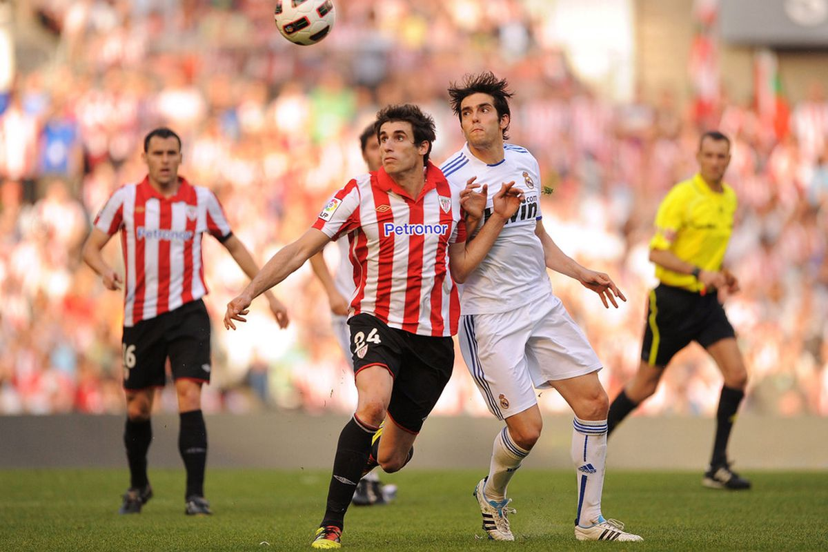 Kaká and Martínez fighting for the ball in last year's clash in San Mamés