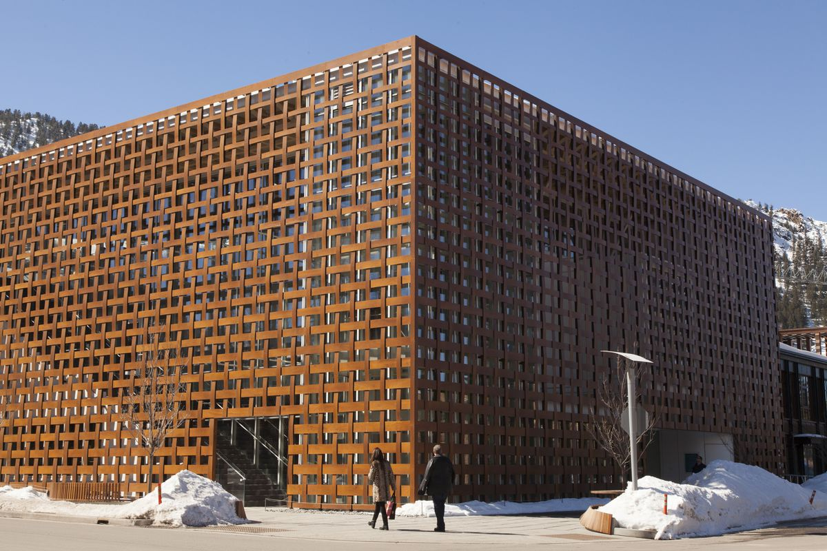 The Aspen Art Museum exterior, a rectangular structure that appears as weaved wood on top of a glass building.