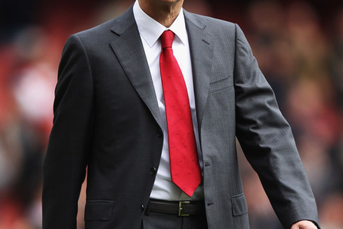 LONDON, ENGLAND - MAY 05:  Arsenal Manager Arsene Wenger acknowledges fans after the Barclays Premier League match between Arsenal and Norwich City at the Emirates Stadium on May 5, 2012 in London, England.  (Photo by Bryn Lennon/Getty Images)