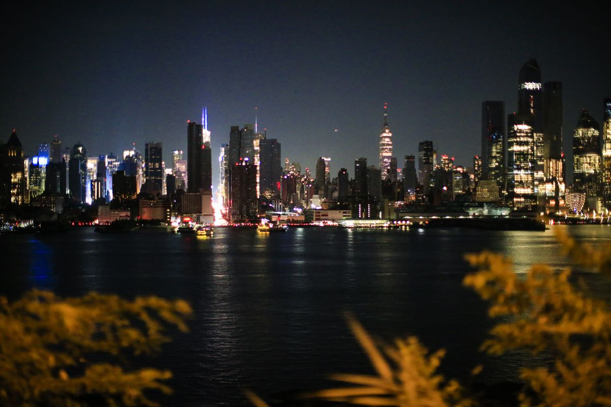 Middle Manhattan Loses Power