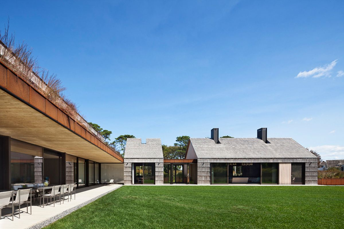 "All photos by <a href=""http://www.moranstudio.com/"">Michael Moran</a> courtesy of Bates Masi Architects, via <a href=""http://www.designboom.com/architecture/bates-masi-architects-peirsons-way-hamptons-05-26-2015/"">Designboom</a>"
