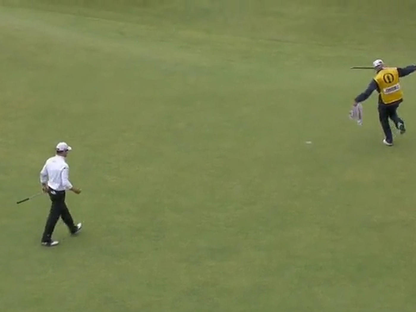 Zach Johnson's caddie celebrates with amazing birdie dance