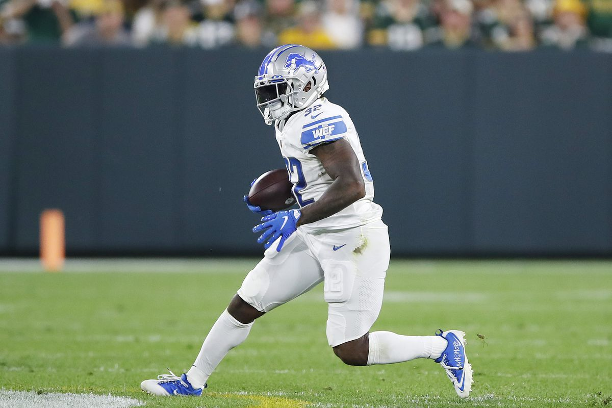 D'Andre Swift #32 of the Detroit Lions runs against the Green Bay Packers during the first half at Lambeau Field on September 20, 2021 in Green Bay, Wisconsin.