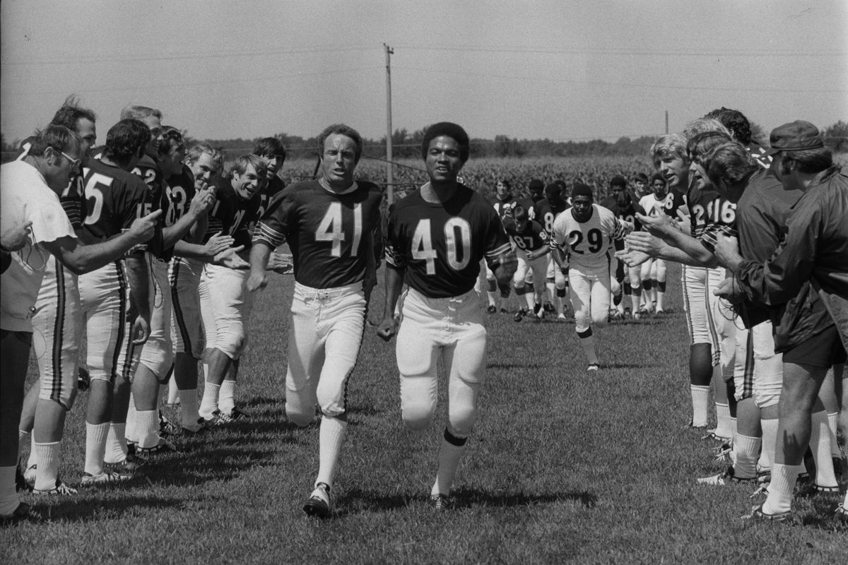 JAMES CAAN (41) AND BILLY DEE WILLIAMS (40) WITH CHICAGO BEARS PLAYERS