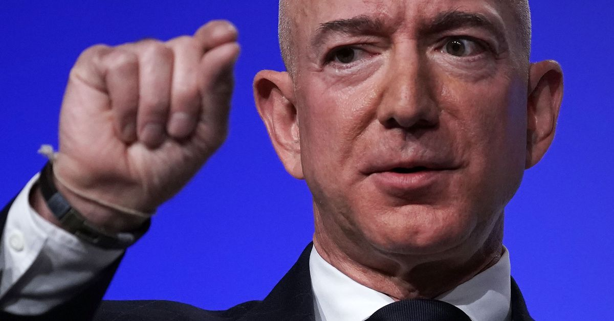 Amazon started a <b>Twitter</b> war because Jeff Bezos was pissed thumbnail
