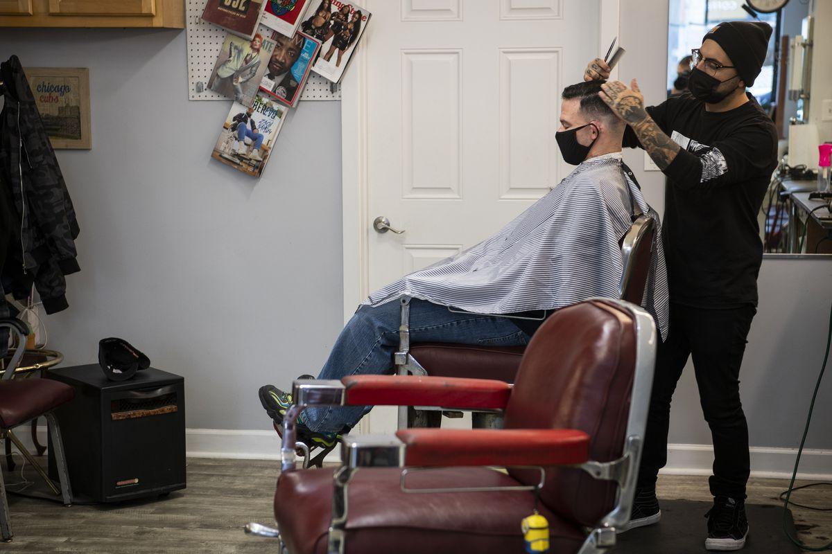 Vendredi, Esquire Barber Shop à Andersonville.  Le propriétaire du salon a déclaré que les clients se sont adaptés aux réservations Internet et ont attendu à l'extérieur jusqu'à ce que ce soit leur tour.