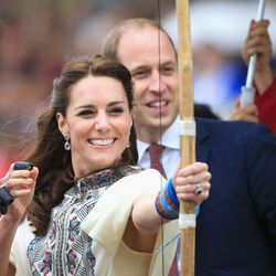 Kate pulled a Katniss while playing the national sport of Bhutan, traditional archery. She wore a handwoven skirt by Bhutanese weaver Kelzan Wangmo with Robert Sanderson heels.