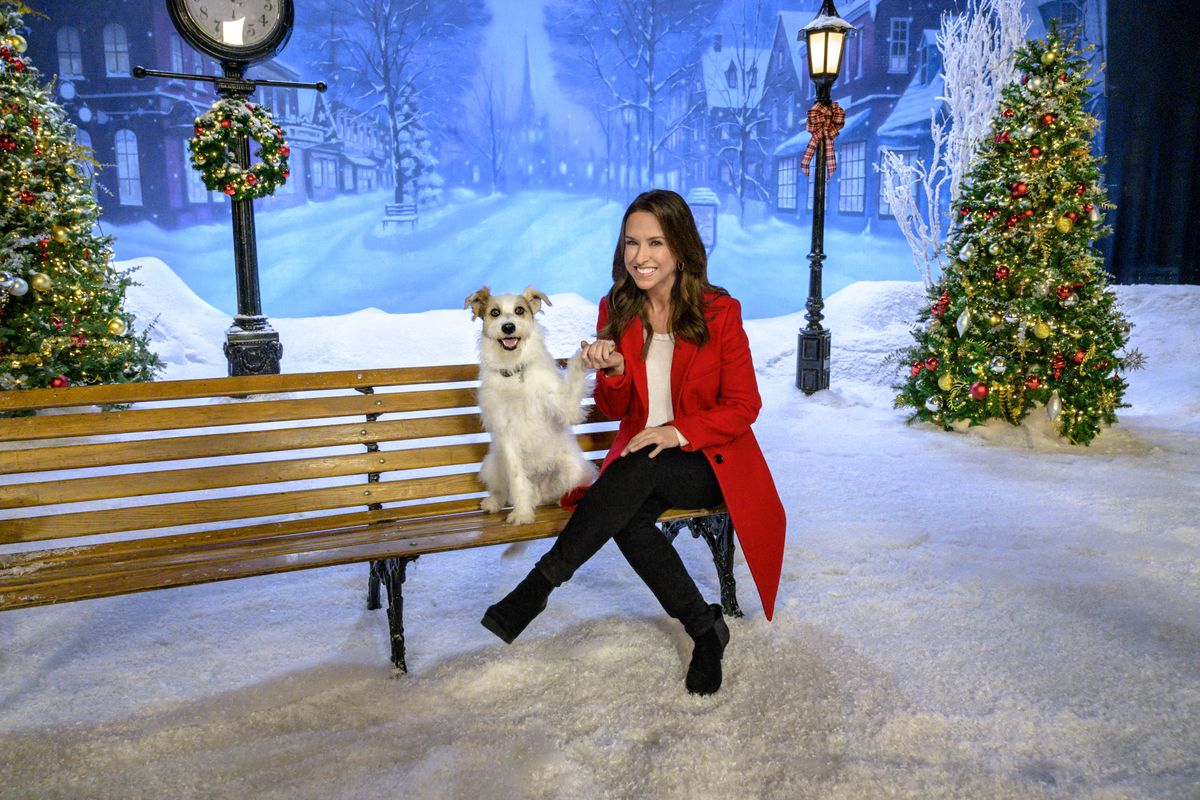 Countdown To 25 Days Of Christmas 2019.Hallmark S 2019 Christmas Lineup Includes 40 New Movies