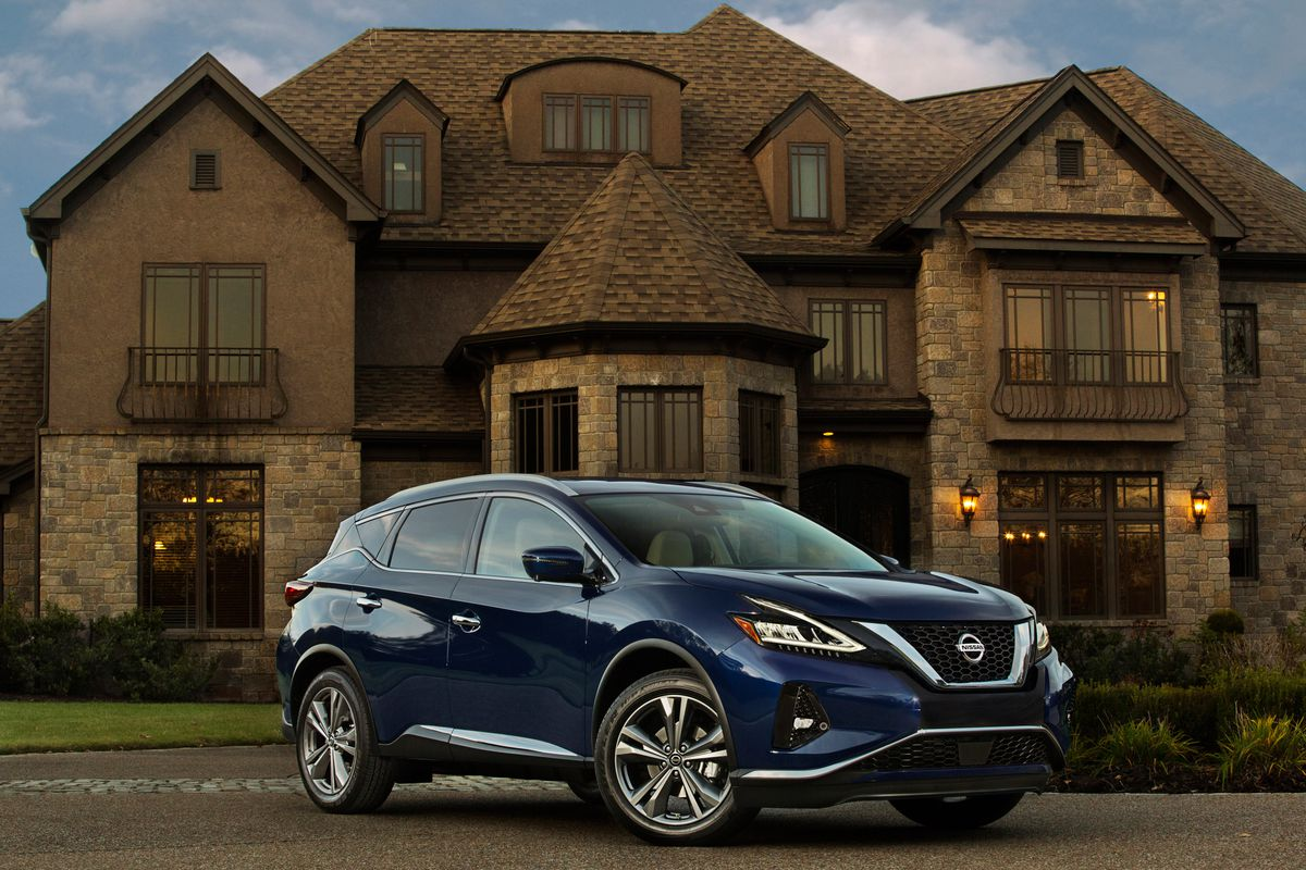 The 2019 Murano's exterior has a more pronounced front V-motion grille, redesigned LED headlights and taillights, new LED fog lights, new 18-inch and 20-inch aluminum-alloy wheel designs and three fresh new exterior colors – Sunset Drift Chromaflair, Moch