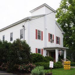 According to the provenance of this building in Mendon, New York, Brigham Young once worshipped here.