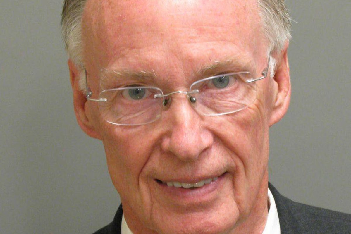 """<p zoompage-fontsize=""""15"""" style="""""""">Alabama Governor Resigns After Scandal"""