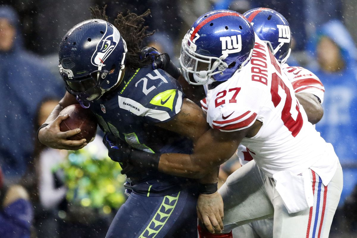 Stevie Brown tries to tackle Marshawn Lynch