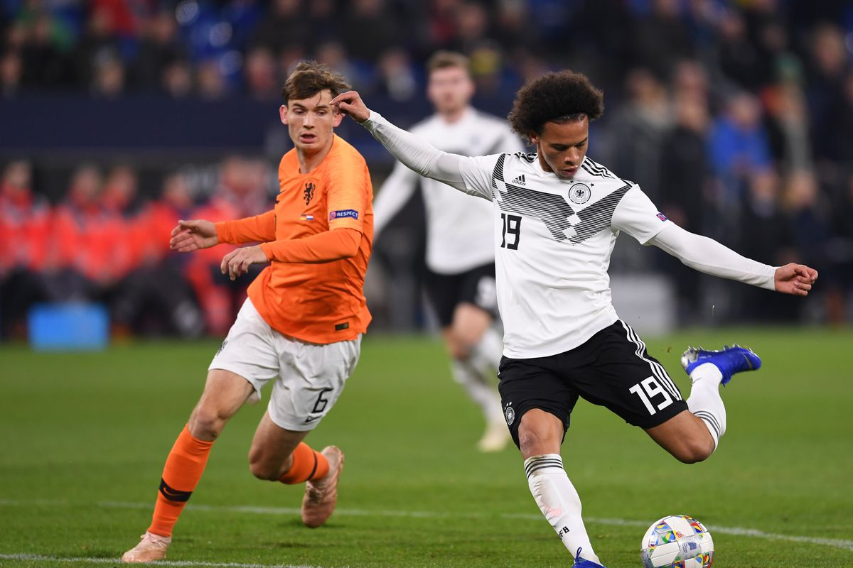 19 November 2018, North Rhine-Westphalia, Gelsenkirchen: Soccer: Nations League A, Germany - Netherlands, Group stage, Group 1, 6th matchday. Leroy Sane (r) from Germany and Marten de Roon from the Netherlands.