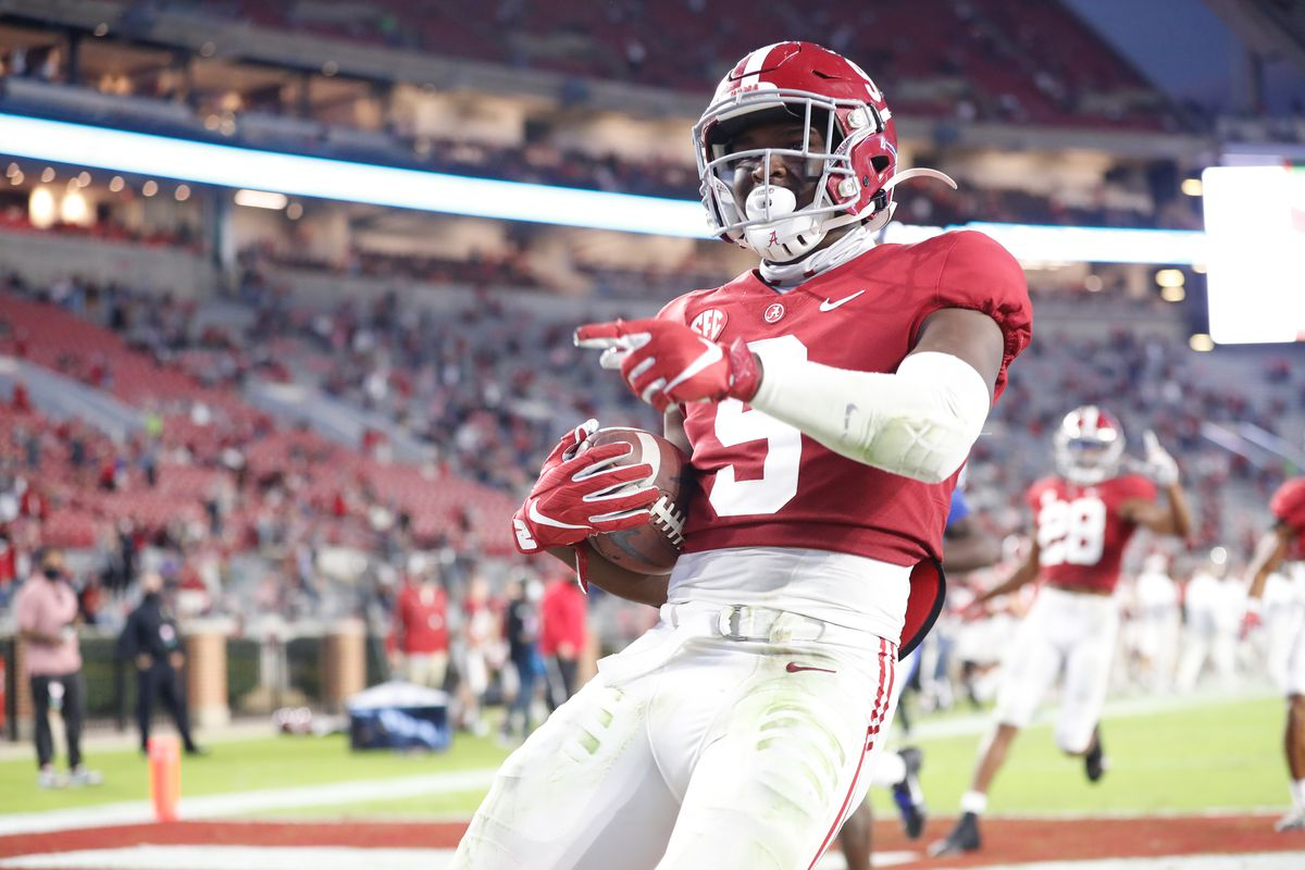 Jordan Battle of the Alabama Crimson Tide runs in a touchdown against the Kentucky Wildcats at Bryant-Denny Stadium on November 21, 2020 in Tuscaloosa, Alabama.