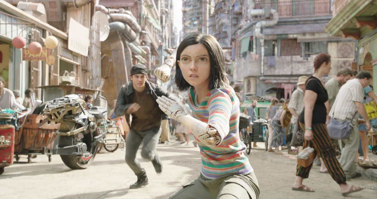 Alita prepares to fight in the street of Iron City