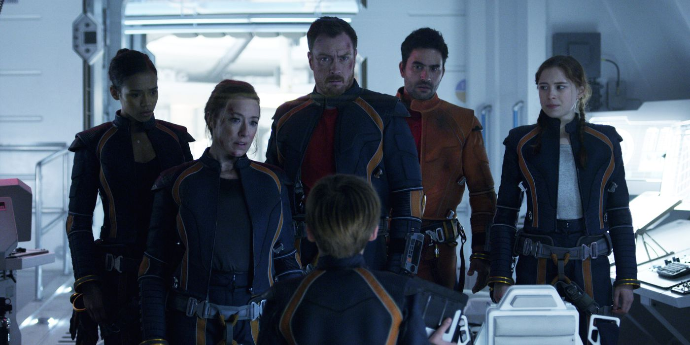 Review Netflix S Lost In Space Undermines A Strong Premise With Dumb Characters The Verge