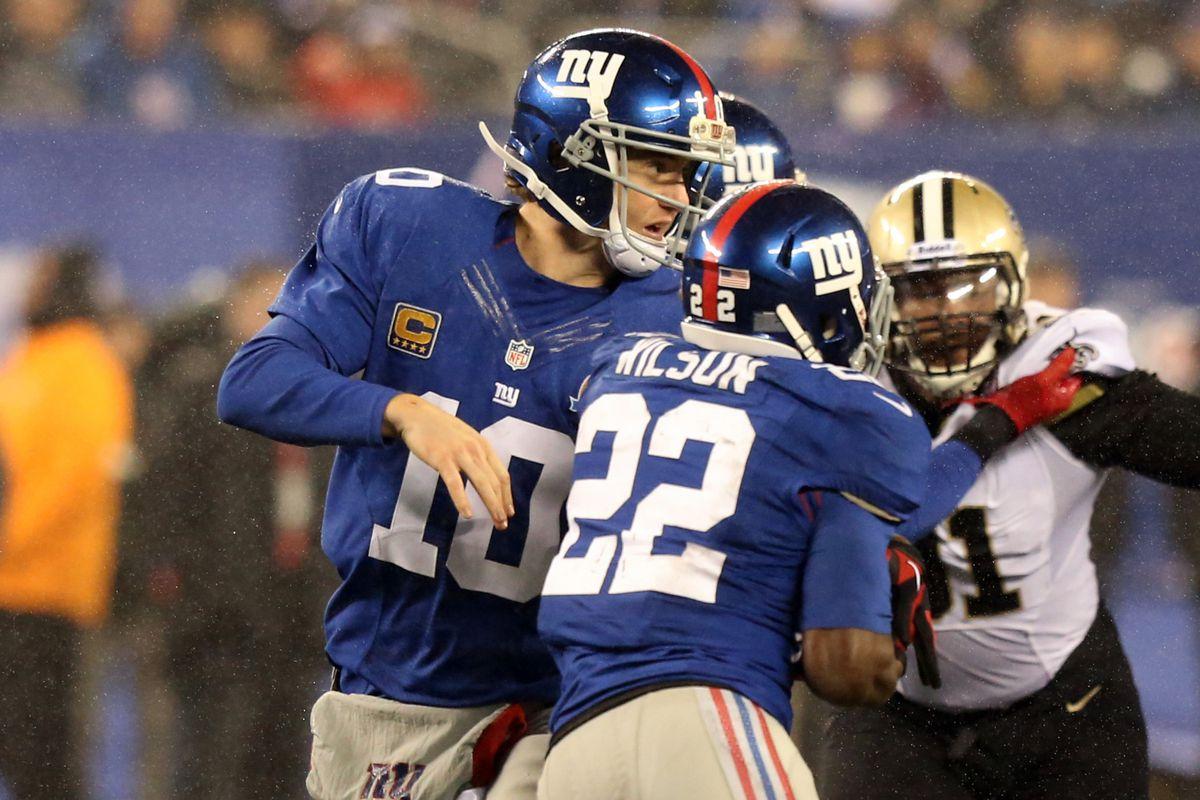 Eli Mannings hands the ball to David Wilson