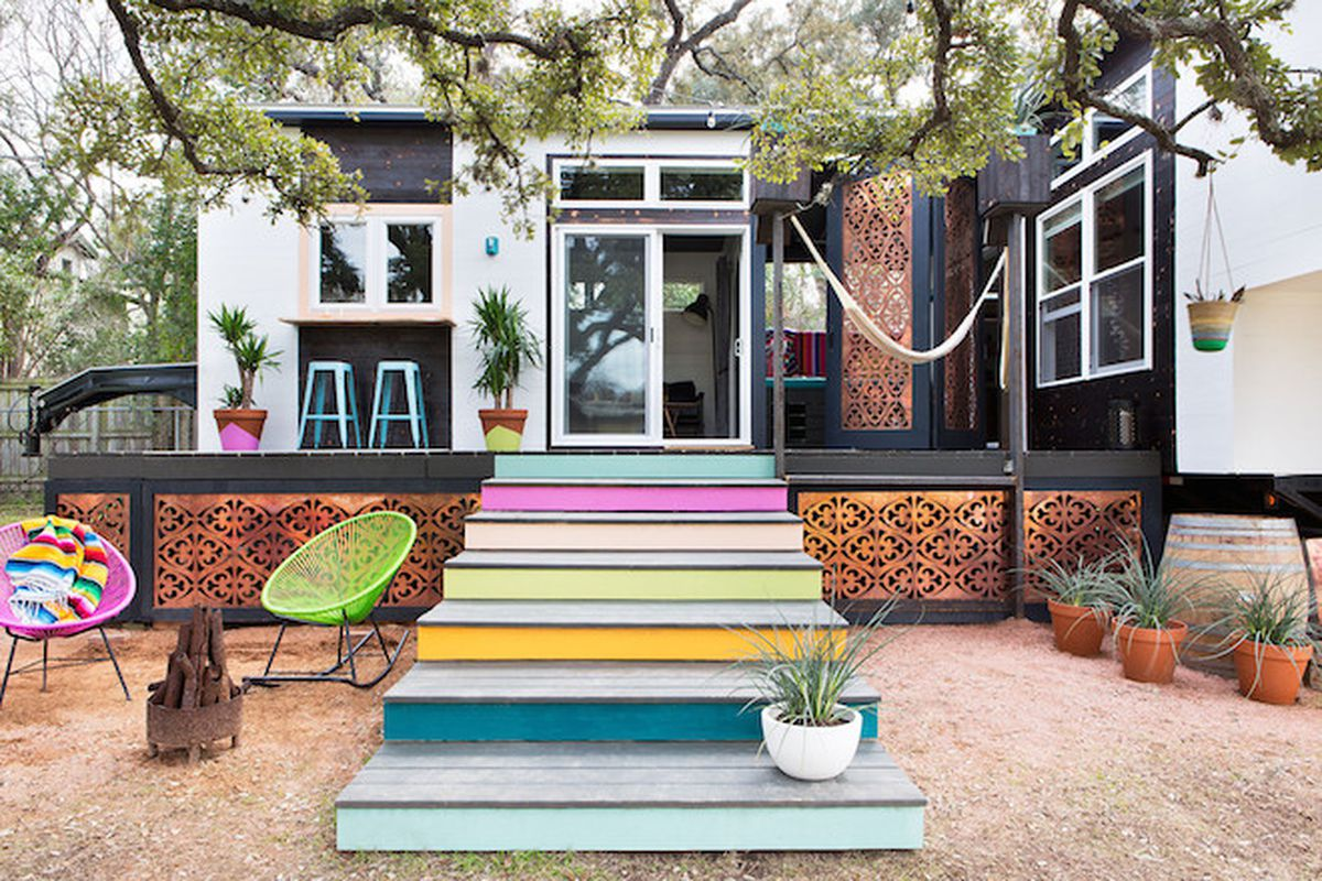 """All photos by <a href=""""http://mollywintersphotography.com/"""">Molly Winters</a> via <a href=""""http://www.lonny.com/Small+Spaces/articles/5ql7ao4T4co/400+Square+Foot+House+Austin+Packed+Ideas"""">Lonny</a>"""