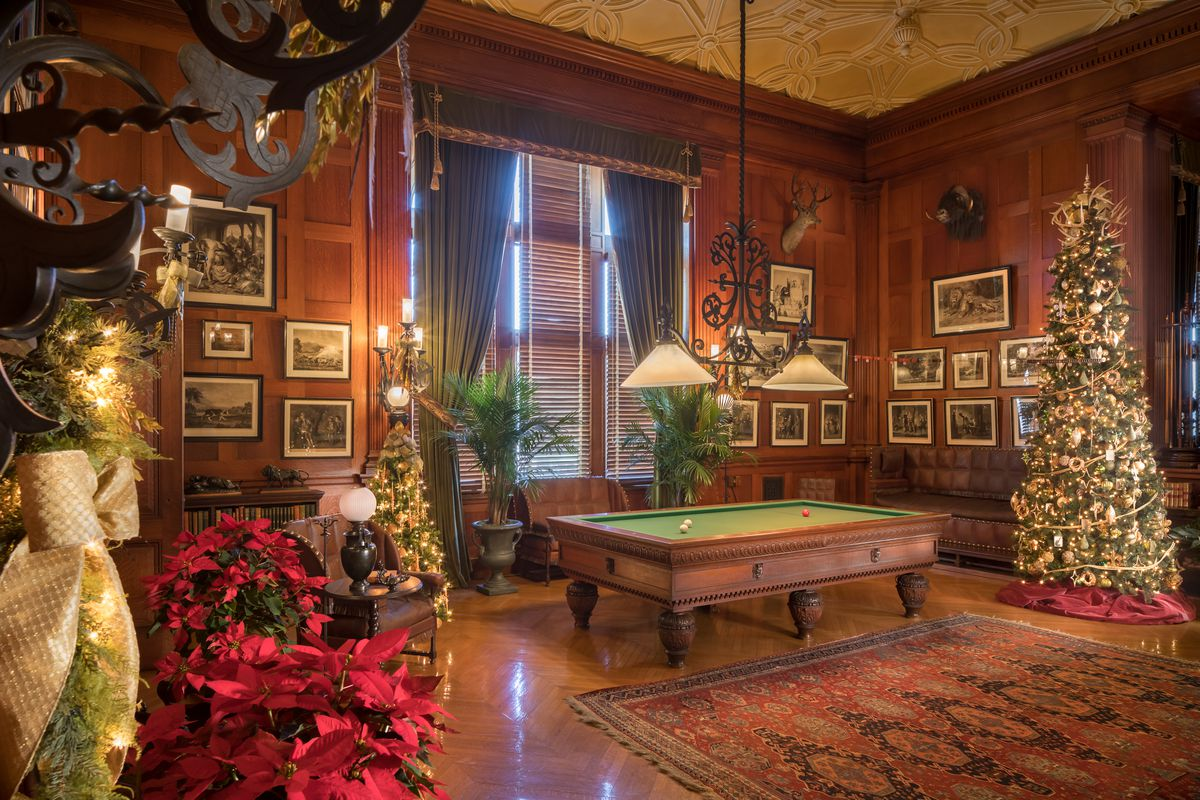 Christmas decorations at biltmore america s largest house - Pictures of homes decorated for christmas on the inside ...