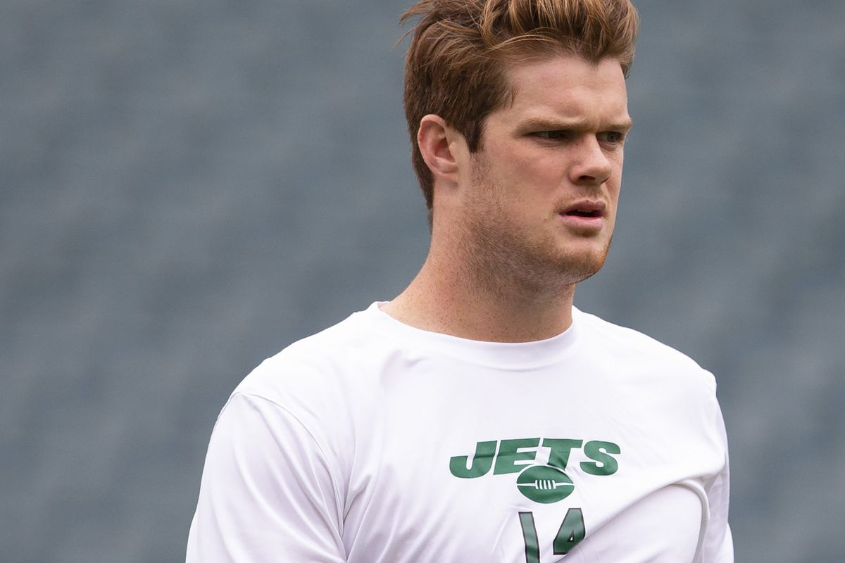 Sam Darnold of the New York Jets warms up prior to the game against the Philadelphia Eagles at Lincoln Financial Field on October 6, 2019 in Philadelphia, Pennsylvania.