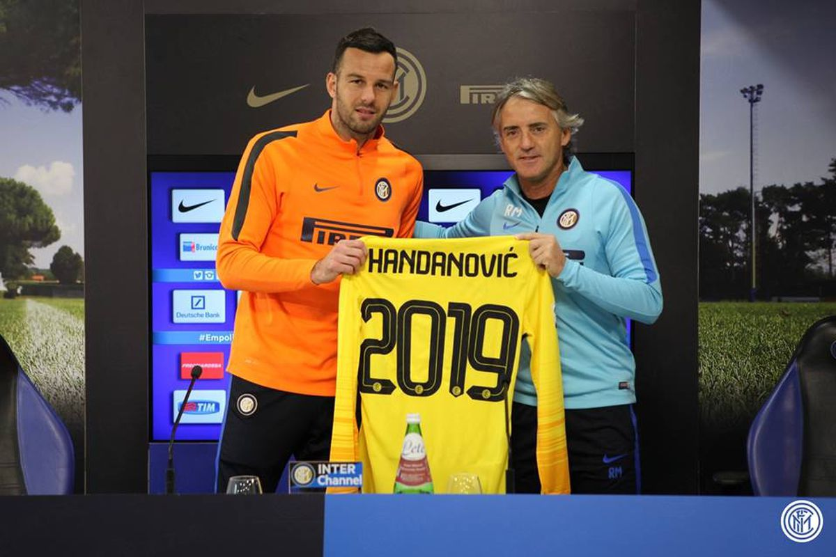 Mancini and Handanovic pose for a picture to announce the Slovenian's contract extension
