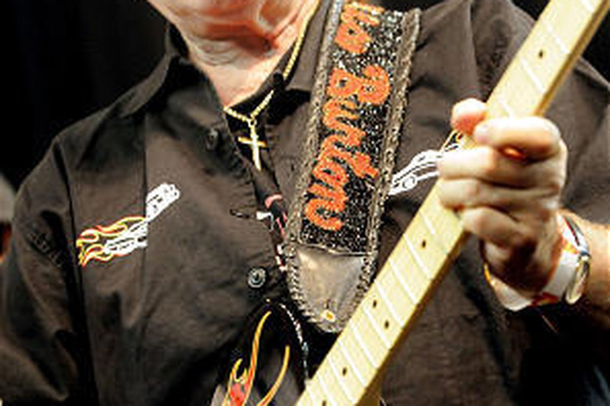 James Burton performs a song with about 800 others in an  attempt at a Guinness record.