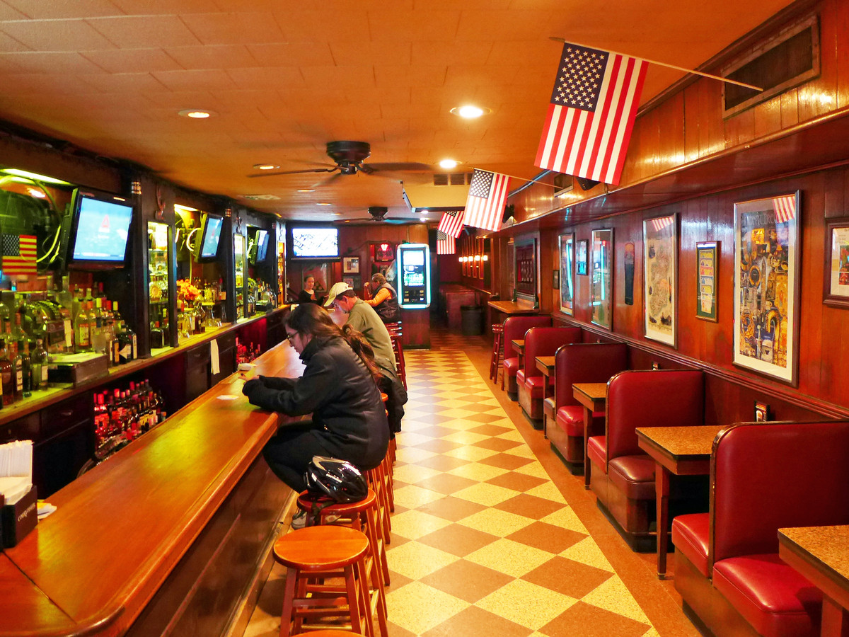 31 Best Dive Bars In NYC