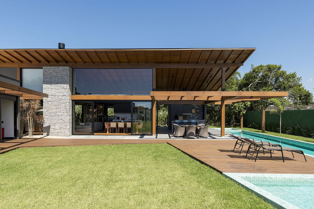 Indoor Outdoor Modern House In Brazil Hits The Right