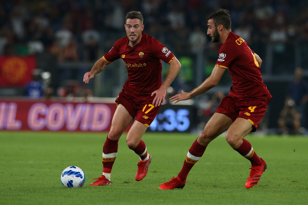 Jordan Veretout (Roma) with the ball and Bryan Cristante (...
