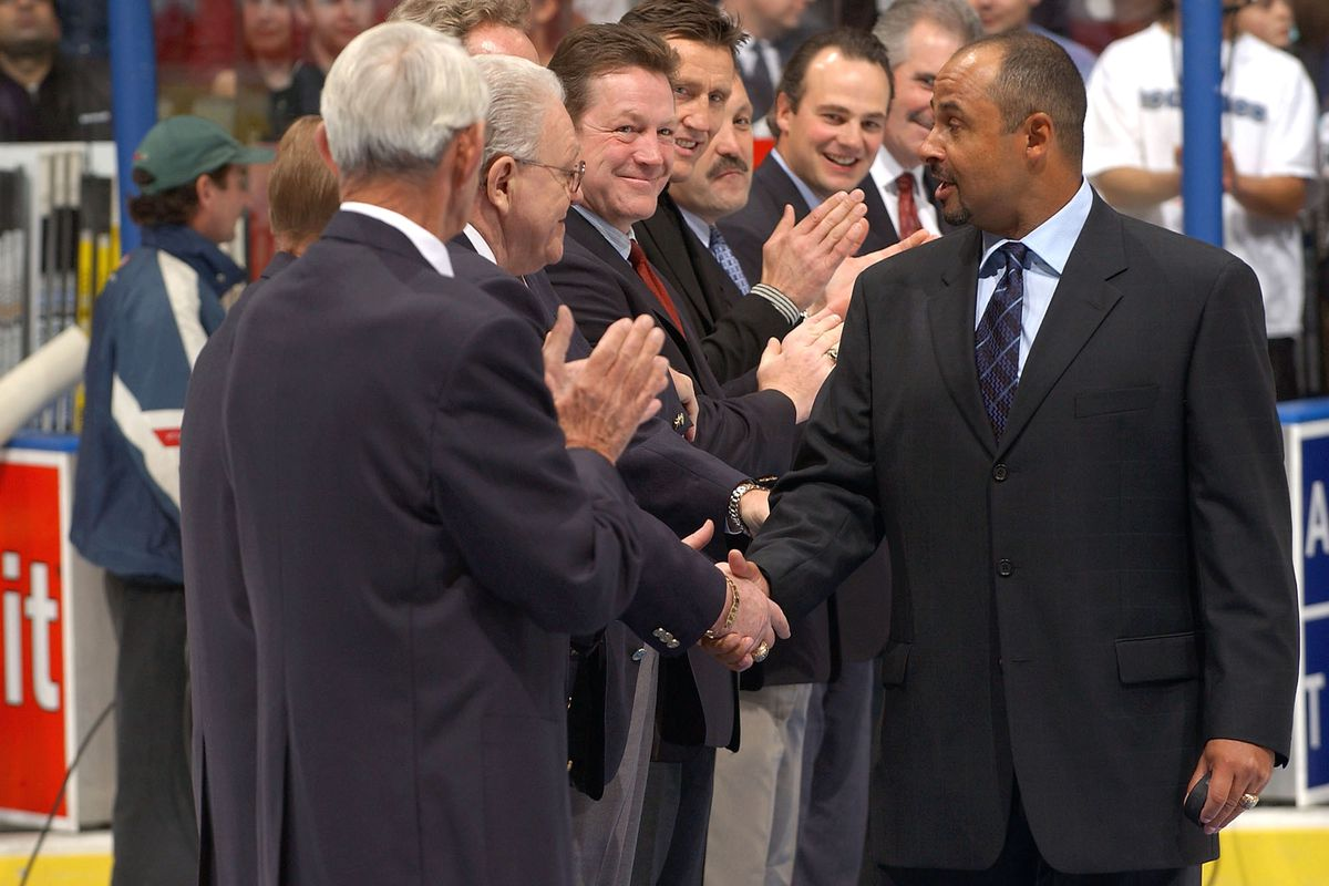 Fuhr shakes hands of HHOF inducties