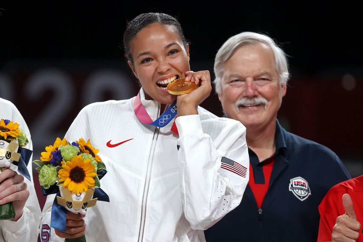 Women's Basketball Medal Ceremony - Olympics: Day 16