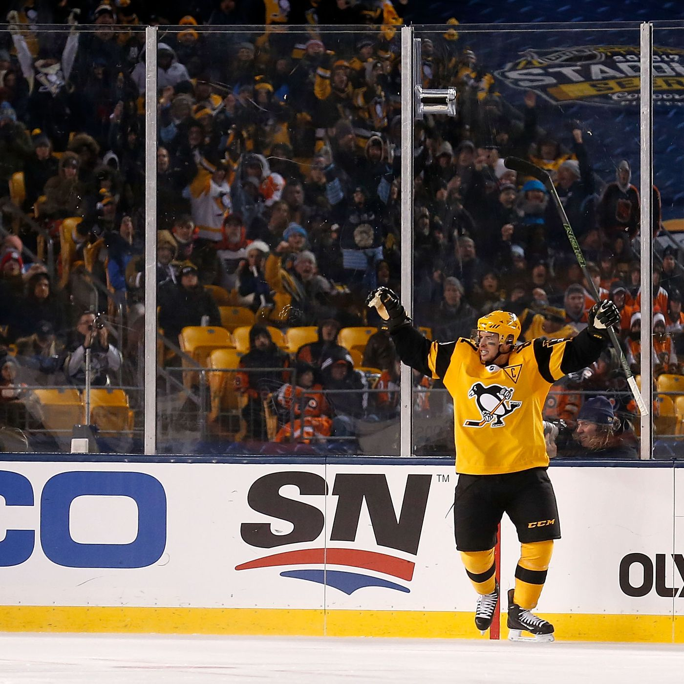 194002e2803 Stadium Series Recap: A Night They'll Never Forget. Pens Defeat Flyers 4-2.