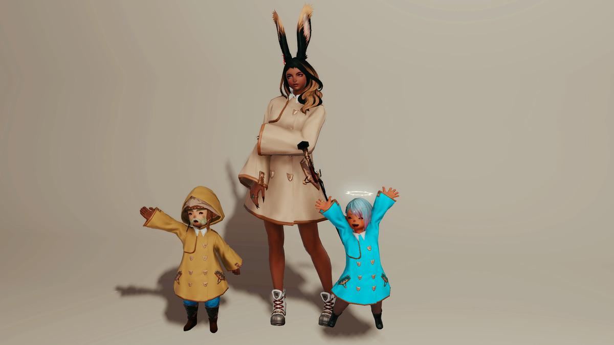 اثنان من Lalafells يحتفلان ، يرتديان معاطف مطر خضراء وزرقاء. امرأة طويلة مع آذان أرنب تقف في معطف واق من المطر البيج.