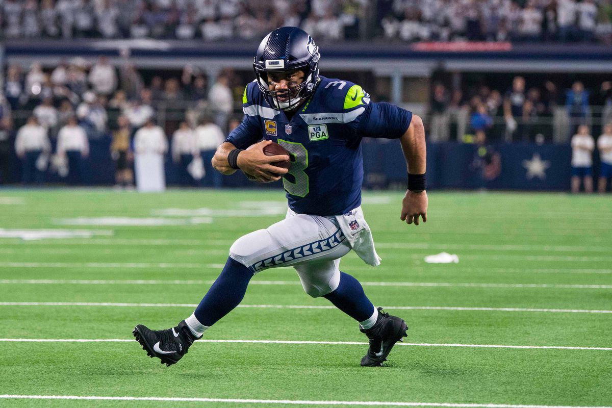 Seattle Seahawks QB Russell Wilson runs against the Dallas Cowboys in a NFC Wild Card playoff game, Jan. 5, 2019.