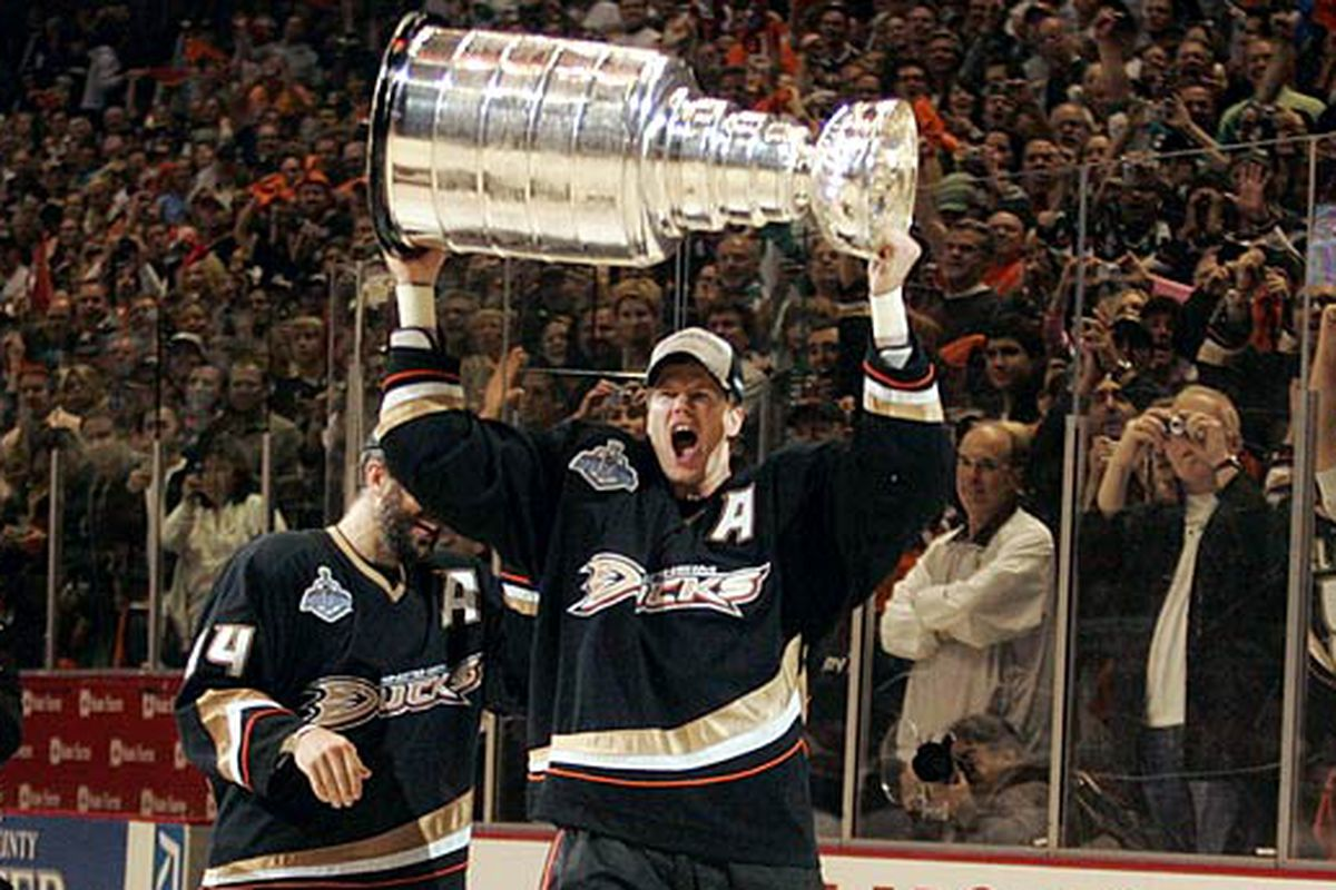 Pronger celebrates with the Stanley Cup in 2007 section328.com ee1eb1a58