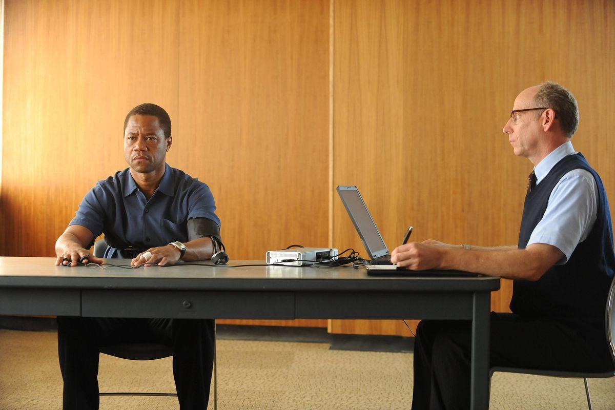 O.J. Simpson (Cuba Gooding Jr.) takes a lie detector test.