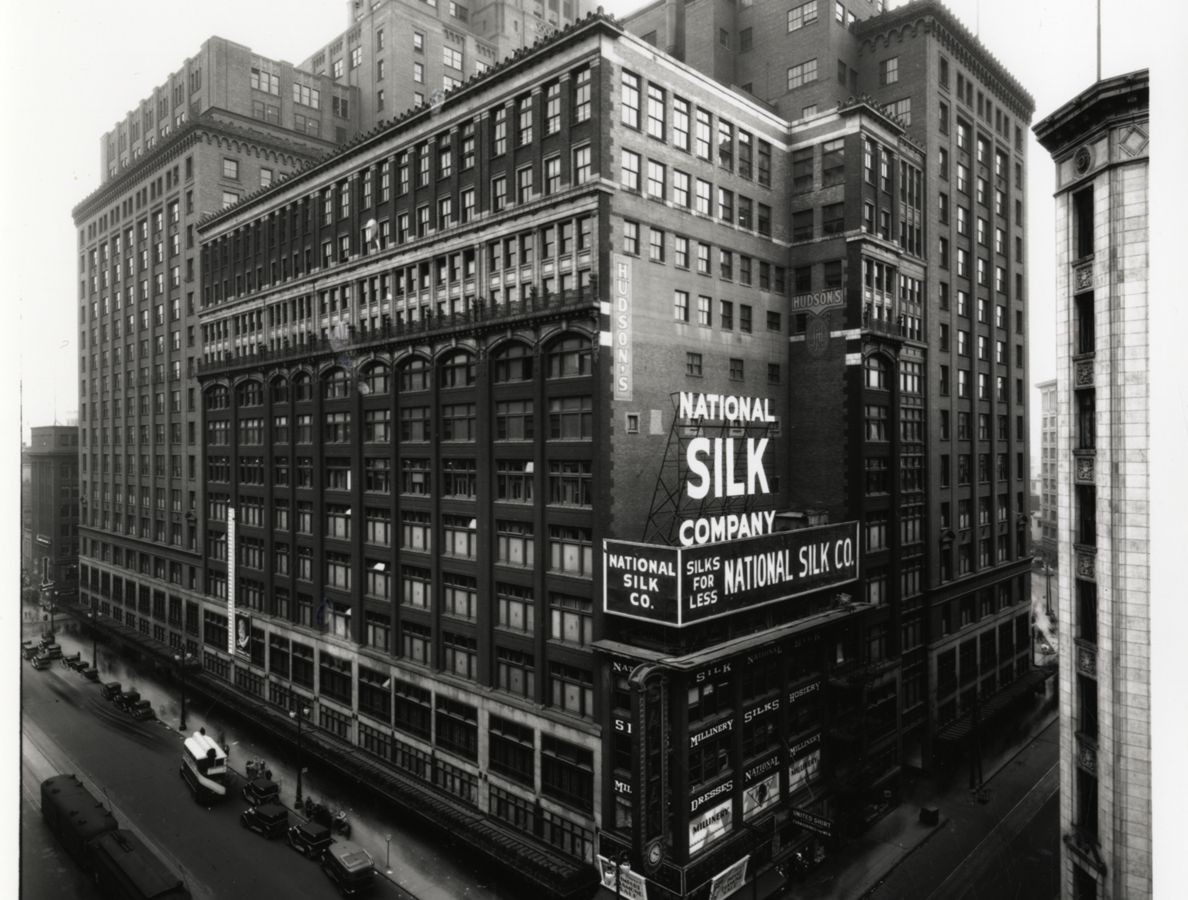 An old black and white photograph of Hudson's in Detroit.