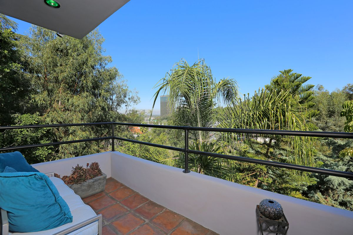 Balcony with Spanish tile