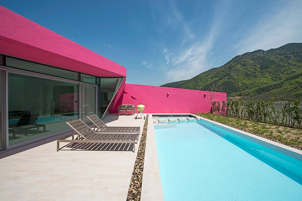 10 Small House Designs That Break Preconceptions About Small Size: Hot Pink Pool Villas Burst Onto Mountain Scene
